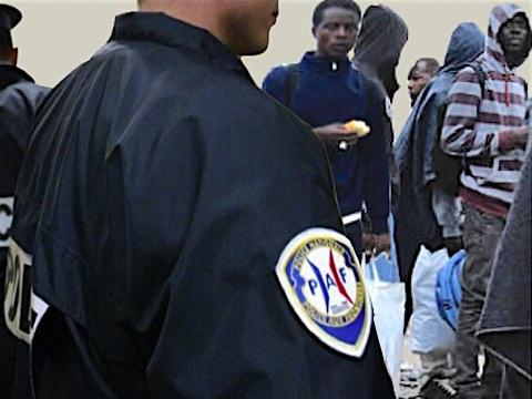 23 février 2018 – Le tribunal administratif de Nice a donné tort au préfet, venu en personne mercredi à la barre. Il a suspendu la décision de la police aux frontières de renvoyer aussitôt en Italie 19 mineurs africains non accompagnés. La défense avait évoqué la procédure expédiée en 5 minutes sans examen individuel et approfondi, les formulaires pré-cochés, l'absence d'interprète, la privation de liberté ainsi que l'absence de prise en charge en Italie où ces mineurs dorment sous un pont sans eau ni nourriture, en attendant de pouvoir retenter leur passage vers la France.
