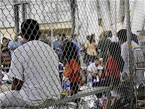 20  juin 2018 – Sous la pression, le président américain Trump a signé en soirée un décret qui met fin à la séparation des enfants de familles de migrants interpellés. Mais les enfants seront placés avec leurs parents dans des centres de rétention, et ce décret ouvre la porte au prolongement de leur durée de rétention qui était jusqu'alors limitée à 20 jours.